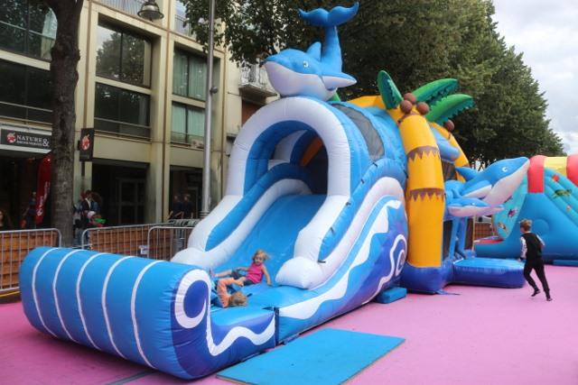 Chateau gonflable slide dauphin location de mat riels de - Piscine municipale avec toboggan montreuil ...